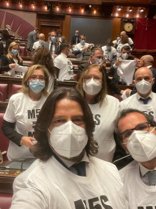 """Camera, deputati FdI indossano la maglietta """"M5s=Mes""""dopo l'ok alla riforma"""