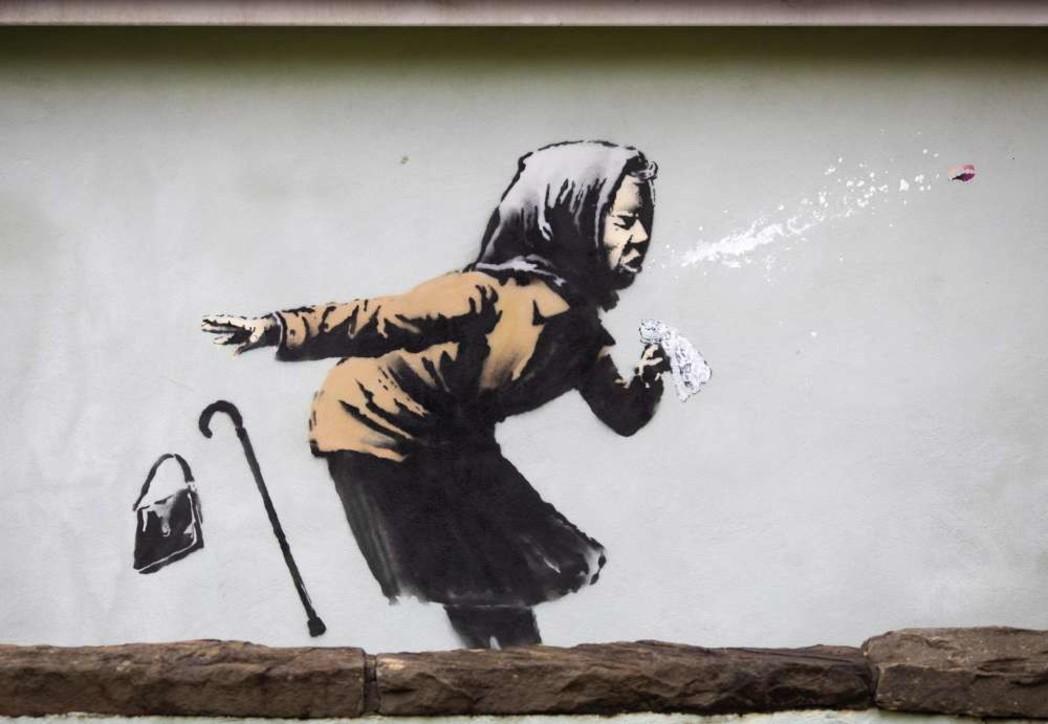 La vecchina e lo starnuto su un muro a Bristol,Banksy dedica un'opera al Covid