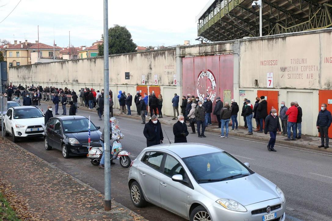 Vicenza, l'omaggio della gente al feretro di Paolo Rossi