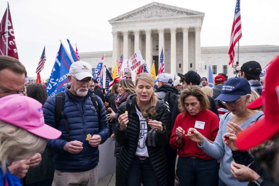 Washington, i supporter di Trump protestano fuori dalla Corte Suprema