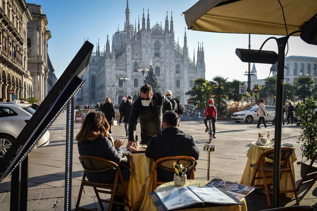 Covid, ritorna il servizio al tavolo nei bar di Milano