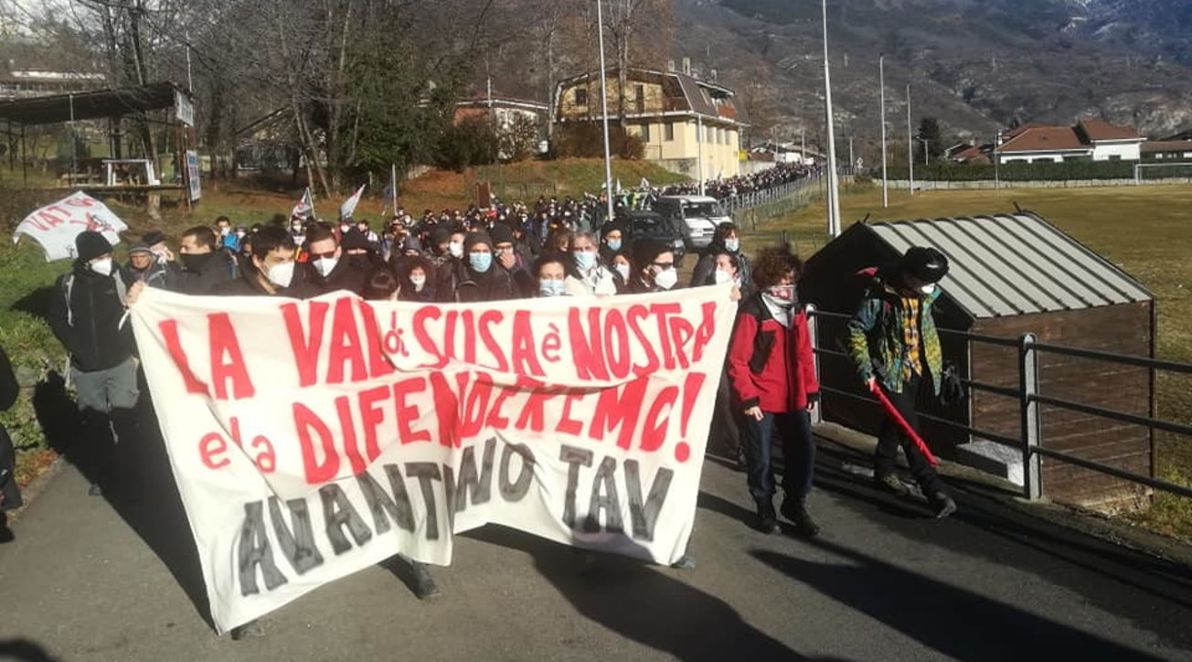 Val di Susa, manifestazione No Tav: attivisti lanciano bombe carta contro le forze dell'ordine