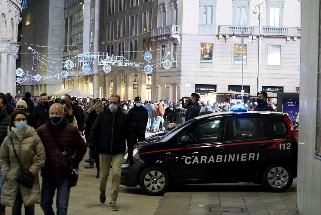 Da Milano a Napoli passando per Roma, folla nelle città per lo shopping natalizio