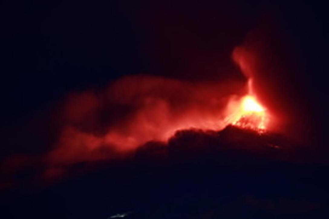 L'Etna torna a farsi sentire, forti boati e colate di lava dal cratere sud-est