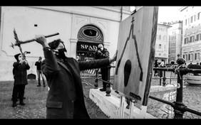 """L'artista valdostano Gabriele Maquignaz portala """"Piccozza della Libertà dei Popoli di Montagna"""" davanti al Parlamento"""