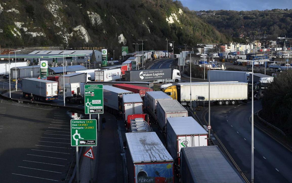 Gb, il lento rientro dei camion dal porto di Dover