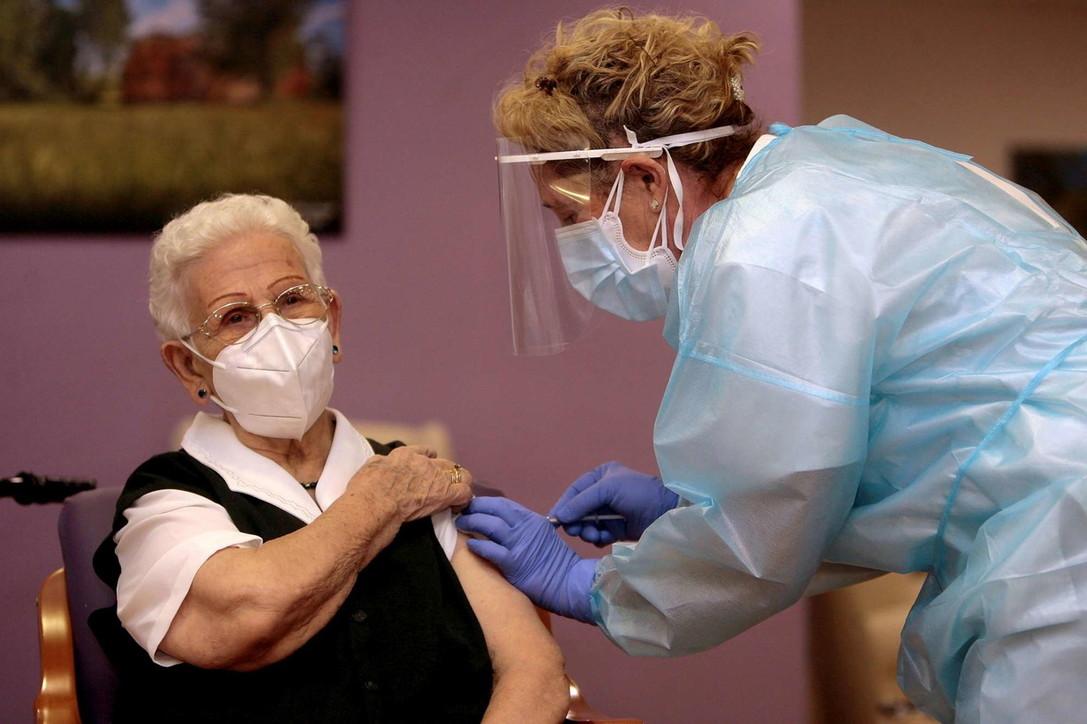 Covid, l'Europa inizia a vaccinarsi: una 96enne è la prima in Spagna