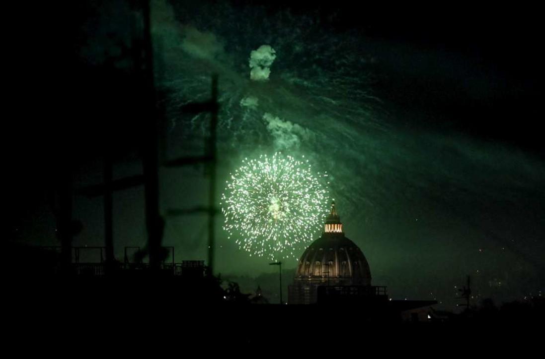 Capodanno 2021 in Italia, i fuochi d'artificio illuminano le città deserte