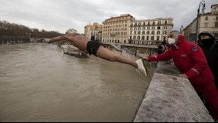 Primo dell'Anno a Roma, anche Mister Ok per il tradizionale tuffo nel Tevere