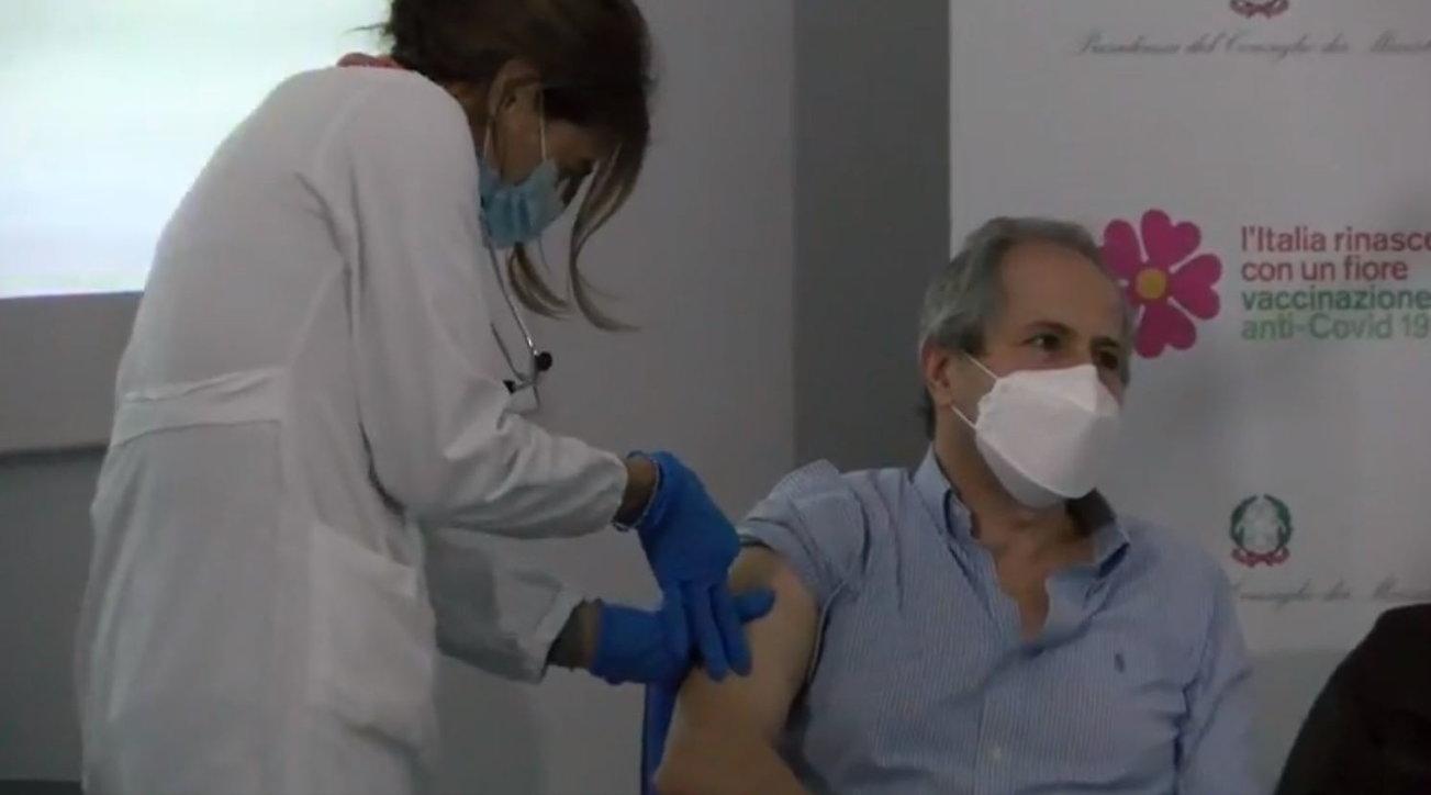 """Crisanti si vaccina contro il coronavirus: """"Momento di svolta"""""""