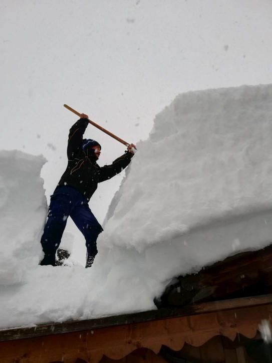 Maltempo in Veneto, troppa neve sui tetti: interviene la protezione civile