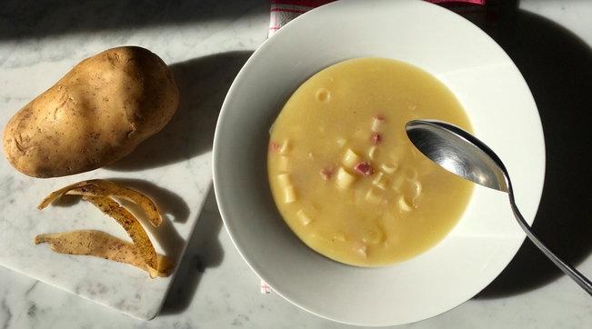 Minestra di patate e pancetta: comfort food perfetto per le giornate più fredde