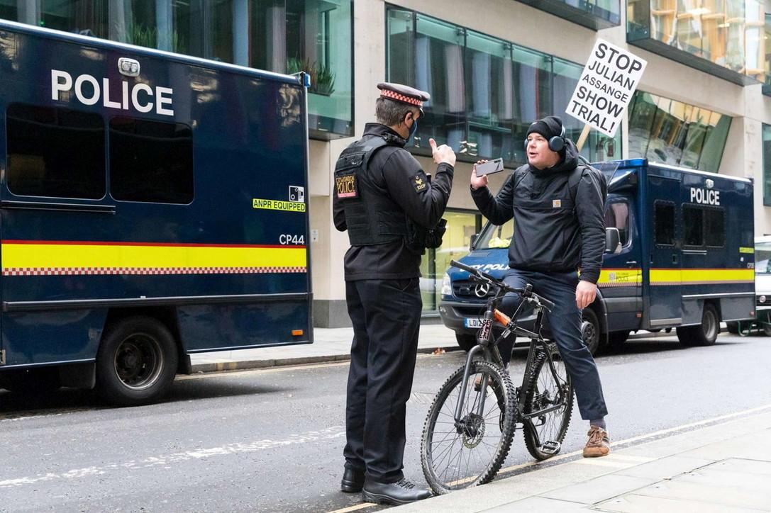 Giudice blocca estradizione, fan di Assangeesultano fuori dal tribunale