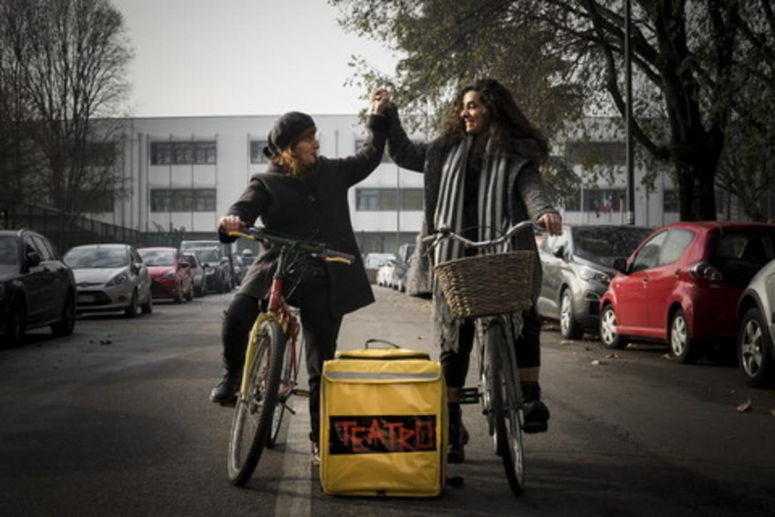Milano, lo spettacolo arriva a domicilio con il Teatro Delivery