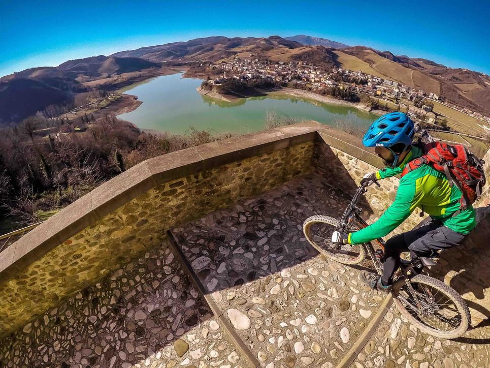 Tra mare e monti, splendide pedalate invernali nelle Marche