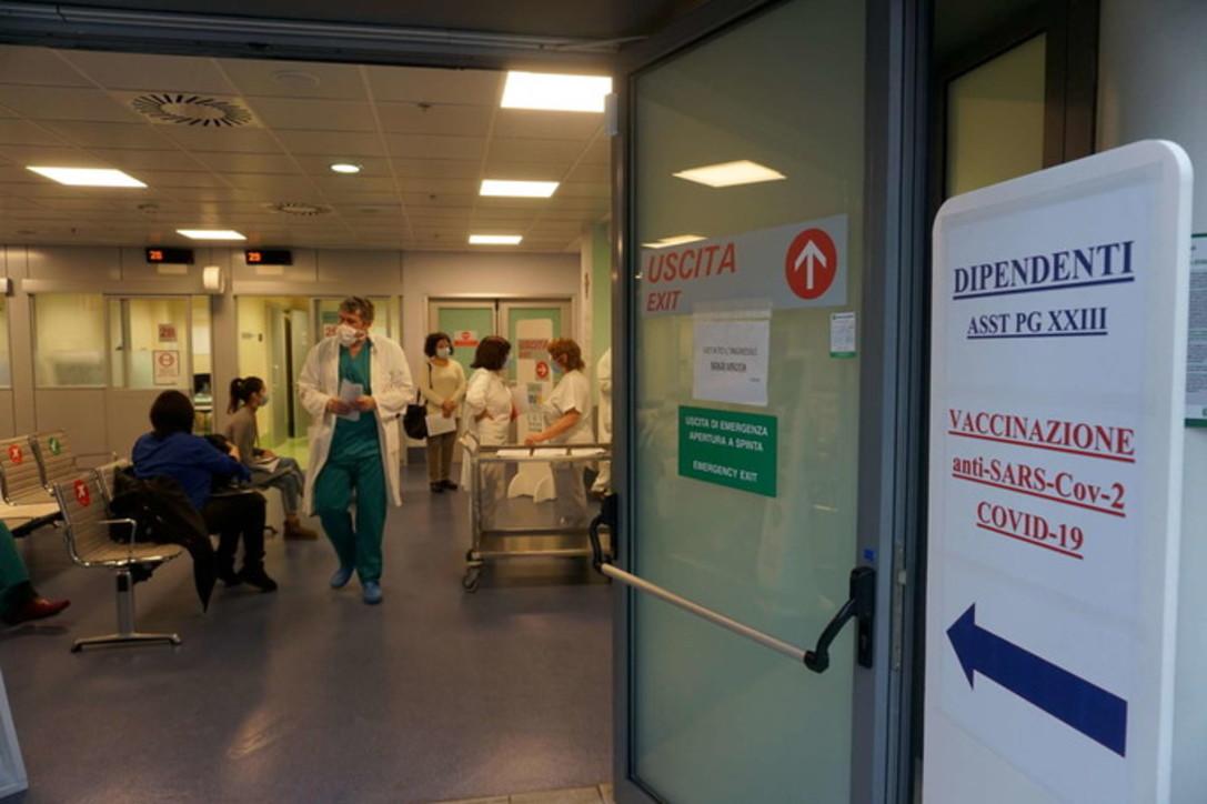 Coronavirus, a Bergamo vaccino ai medici e infermieri dell'ospedale-simbolo