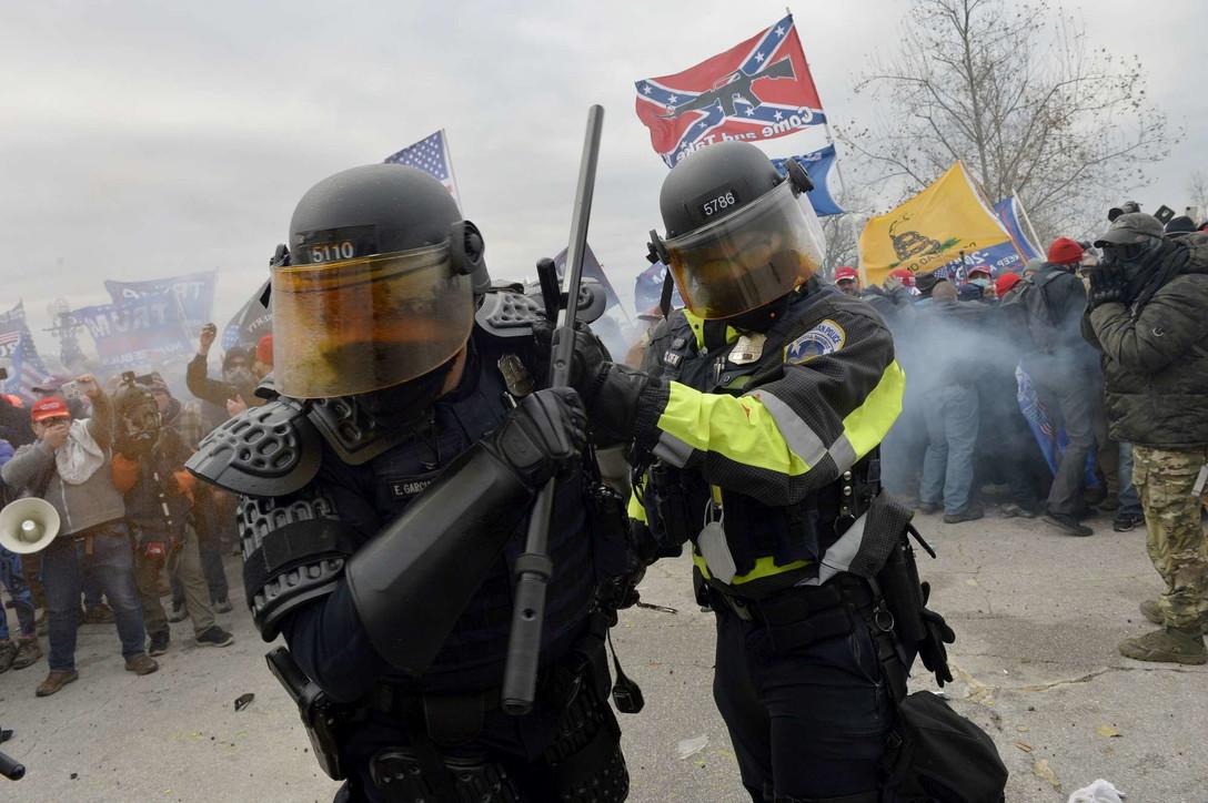 Assalto a Washington, la polizia carica i manifestanti: usati gas lacrimogeni