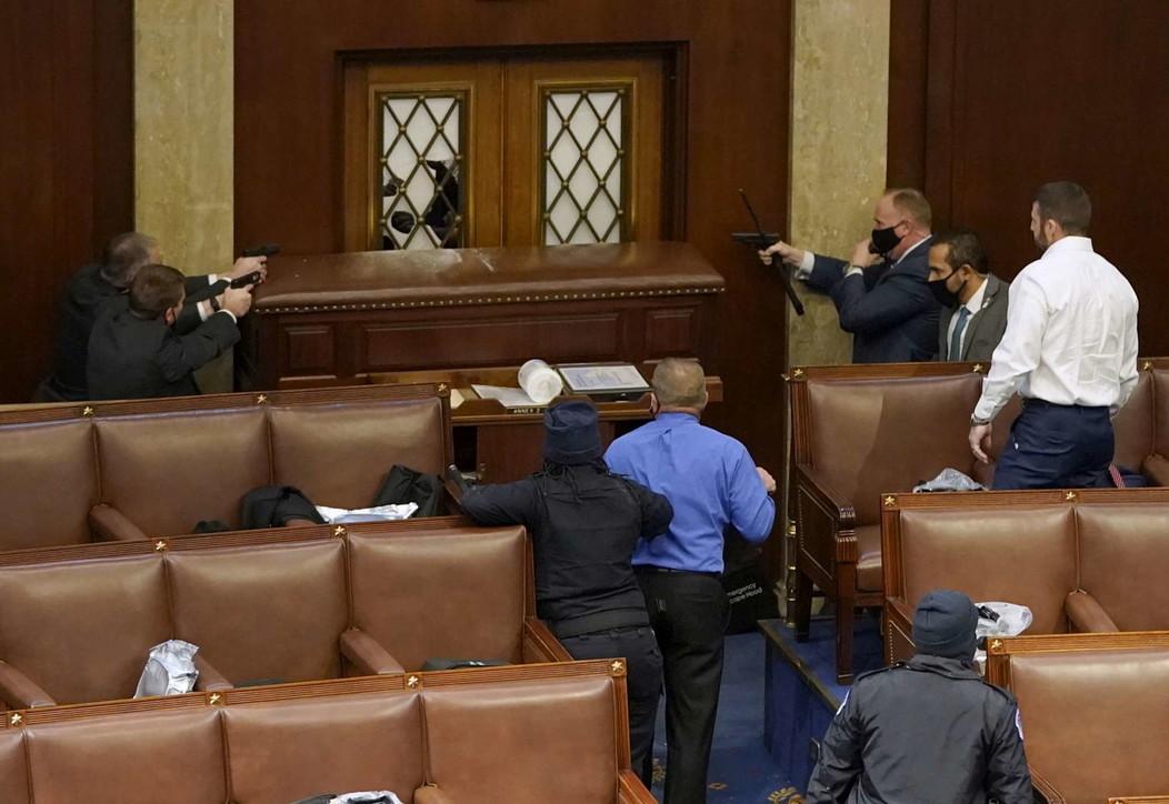 Assalto a Washington, agenti segreti armi in pugno difendono i senatori Usa