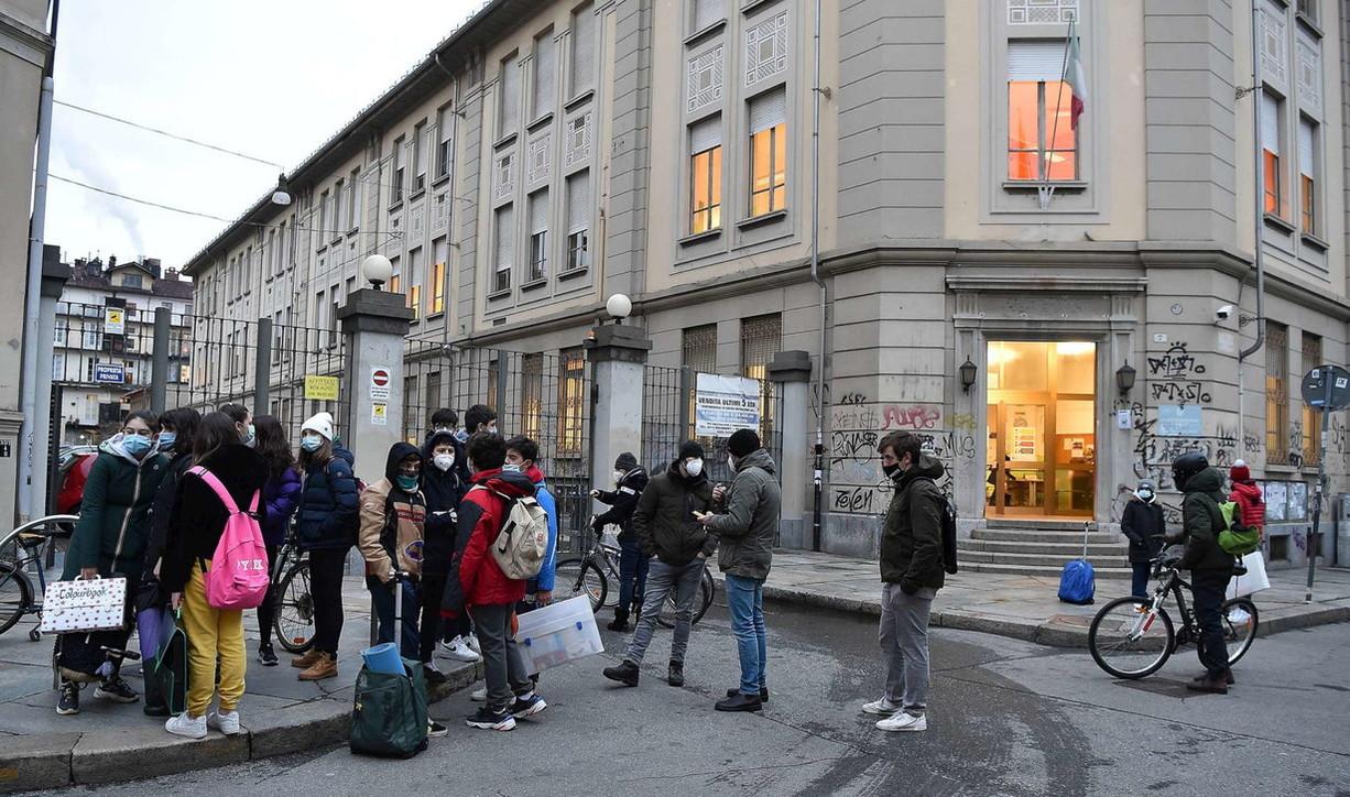 """Torino: tornano in classe Anita e Lisa, le studentesse simbolo della """"lotta"""" alla Dad"""