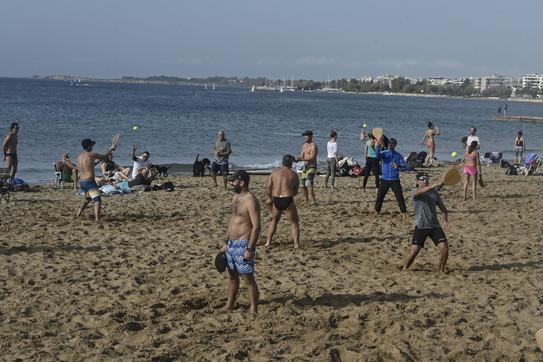 La Grecia tra caldo anomalo e lockdown: spiagge e parchi presi d'assalto