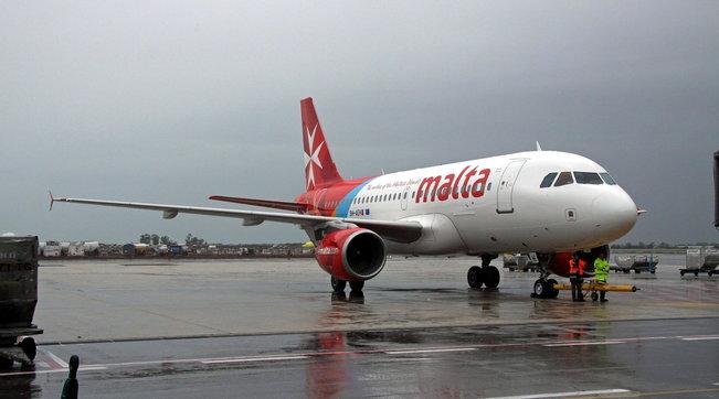 Covid, rifiuta la mascherina: volo per Catania rientra a Malta