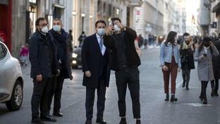 Roma, Giuseppe Conte si concede una passeggiata (e qualche selfie) in via delCorso