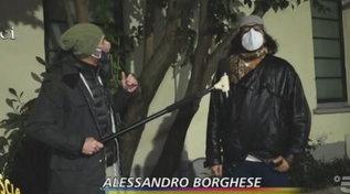 """Alla guida col telefonino, """"Striscia la Notizia"""" pizzica Alessandro Borghese"""