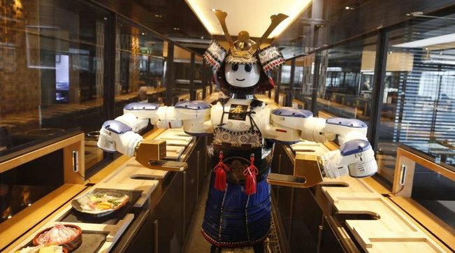 """Thailandia, ecco il ristorante """"a prova di Covid"""" con i camerieri robot"""