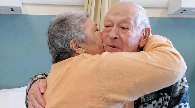 Covid, coppia festeggia 54 anni di matrimonio in ospedale: auguri in corsia