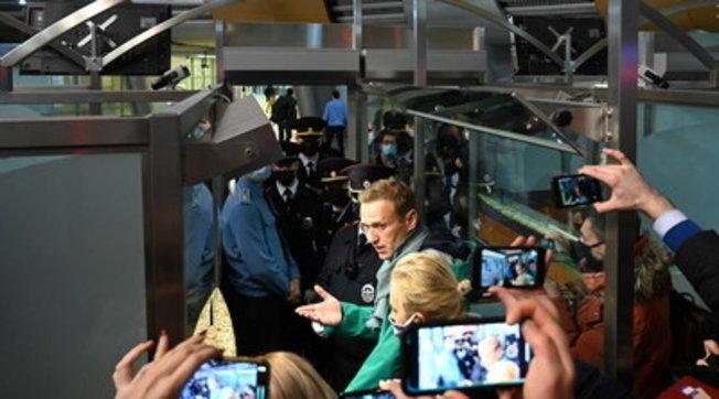 Navalny arrestato appena atterrato all'aeroporto di Mosca: guarda il video | Biden e la Ue: rilasciatelo subito