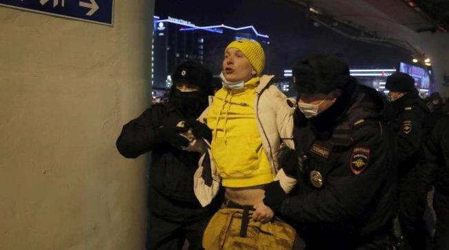 Navalny fermato all'arrivo a Mosca, molti arresti tra i suoi sostenitori