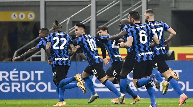 L'Inter batte 2-0 la Juve e agguanta il Milan in vetta alla classifica | Vidal: gol e bufera social
