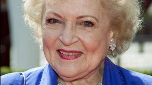 Betty White festeggia 99 anni... in compagnia di due papere