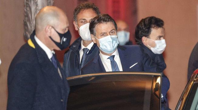 """Governo, Conte incassa la fiducia al Senato  Meloni e Salvini: """"Andremo da Mattarella"""""""