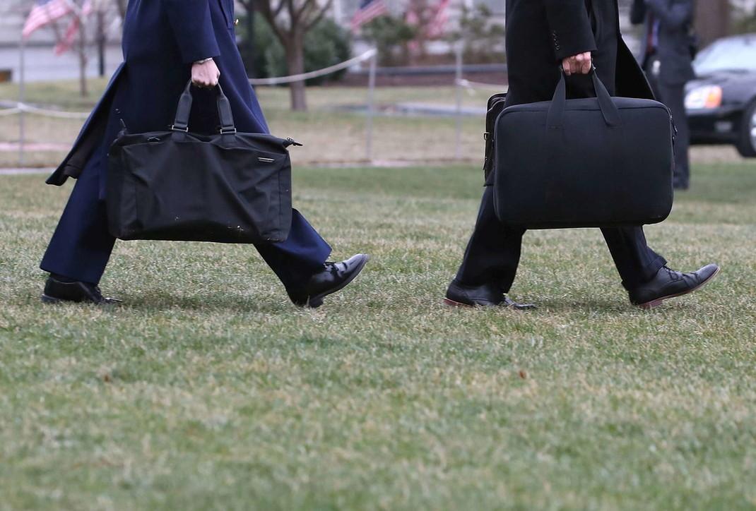 L'ultimo sgarbo di Trump: non consegna la valigetta nucleare a Biden