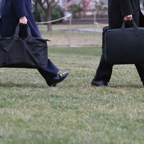 """L'ultimo sgarbo di Trump: non consegna a Biden né la valigetta nucleare né """"il biscotto"""""""
