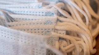 Covid, Parigi e Berlino: la mascherina di stoffa non protegge dalle varianti