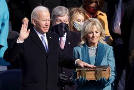 Biden giura da presidente su una bibbia del 1893