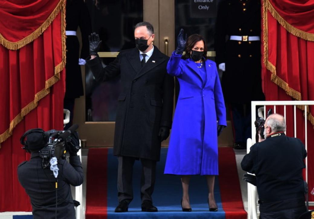 Moda e trend, da Kamala Harris a Jennifer Lopez: il cappotto è colorato