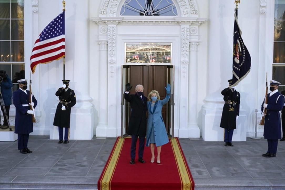 Usa, Biden per prima volta da presidente nello Studio Ovale