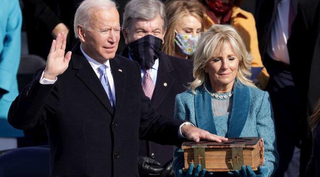 Joe Biden giura da presidente su una bibbia del 1893