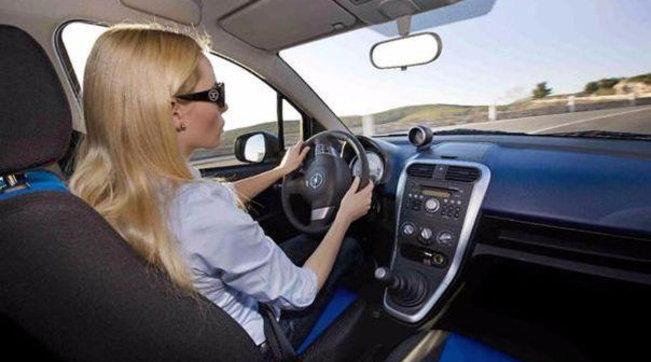 Dpcm, le nuove Faq del governo: ok a non conviventi in auto ma seduti dietro