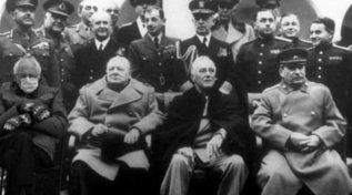 Inauguration Day, la foto di Bernie Sanderscon i guanti scatena l'ironia del Web: ecco i meme più divertenti
