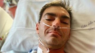 """Gabry Ponte subito dopo l'intervento al cuore si fa un selfie: """"E' andato bene"""""""