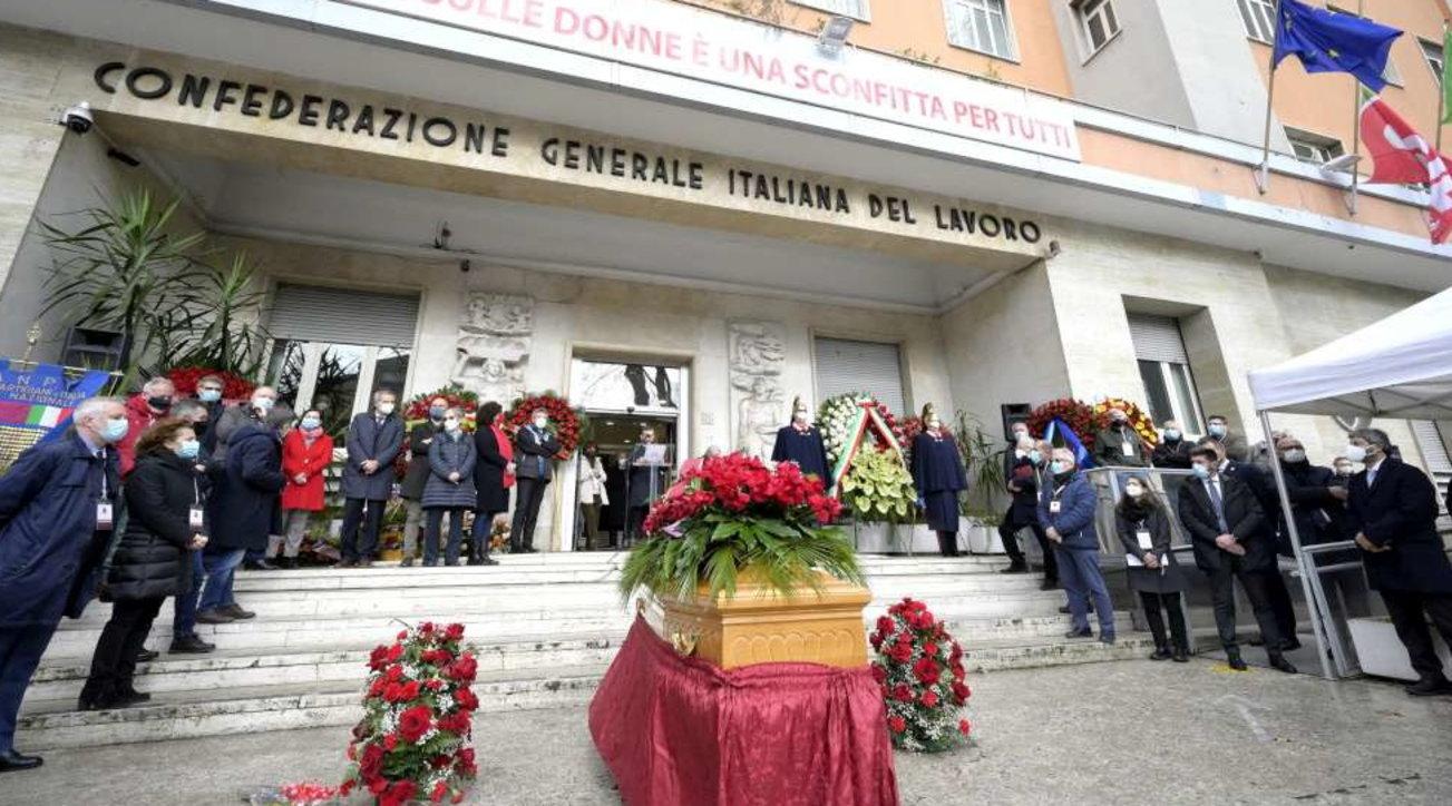 Roma, i funerali di Emanuele Macaluso nel giorno del centenario della nascita del Pci