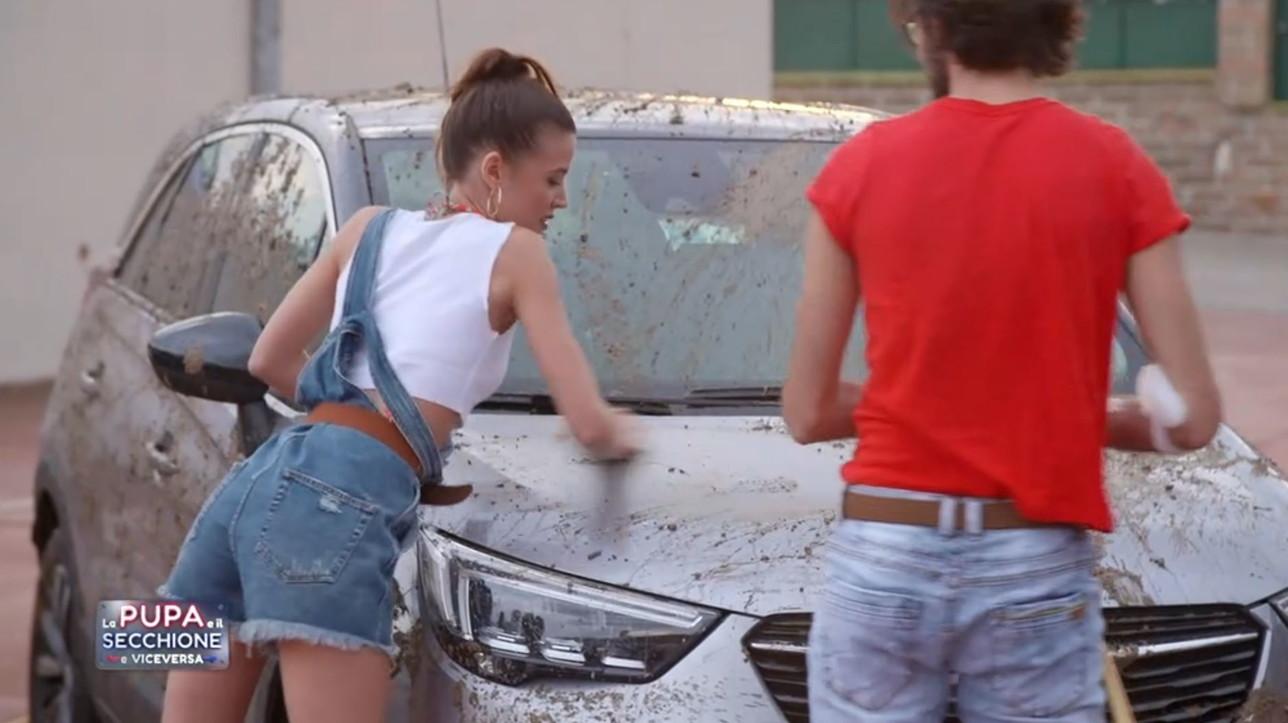 """""""La Pupa e il Secchione e Viceversa"""", tra sexy car wash, strip e riconoscimenti tattili..."""