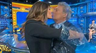 """Elisa Isoardi a """"Striscia la Notizia"""": scatta il bacio con Enzo Iacchetti"""