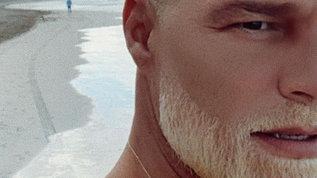 Ricky Martin si mostra con la barba bionda