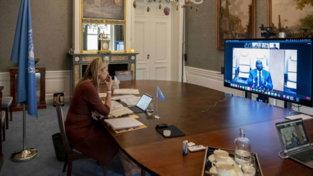 Paesi Bassi, regina Maxima a piedi nudi in smart working: senza scarpe durante la videoconferenza