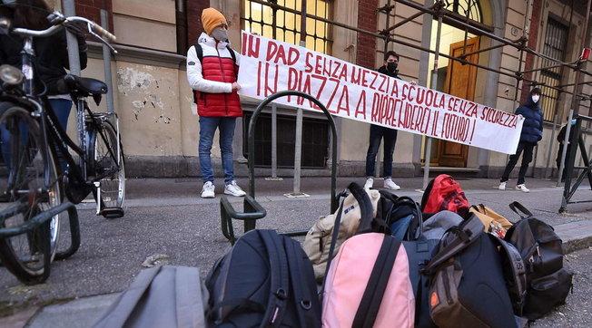 Scuola, in Lombardia si prepara il rientro in classe | A Milano sono undici gli istituti occupati